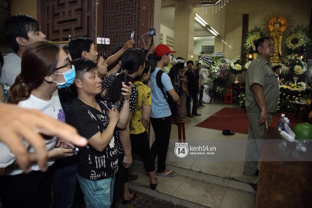 Đám đông vây kín livestream, hiếu kỳ đu bám đòi chụp ảnh cùng nghệ sĩ đến viếng đám tang Anh Vũ - Ảnh 6.