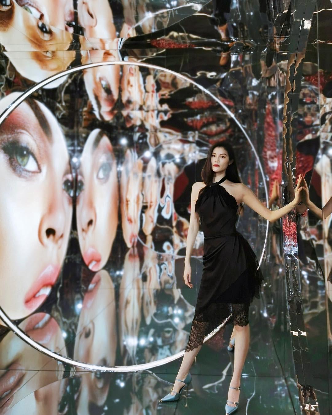 Cùng một kiểu đầm: Kylie Jenner bị mỉa là như mặc... bao rác, nhìn sang chân dài Victorias Secret lại khác hẳn - Ảnh 2.