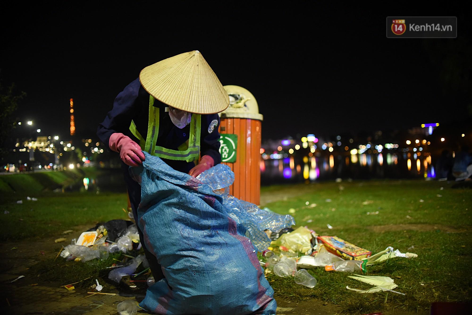 Công nhân vệ sinh ở Đà Lạt làm tăng ca 13 tiếng/ngày trong dịp lễ: Chúng tôi dọn tới đâu là vài phút sau họ lại xả ra tiếp chỗ đó... - Ảnh 4.