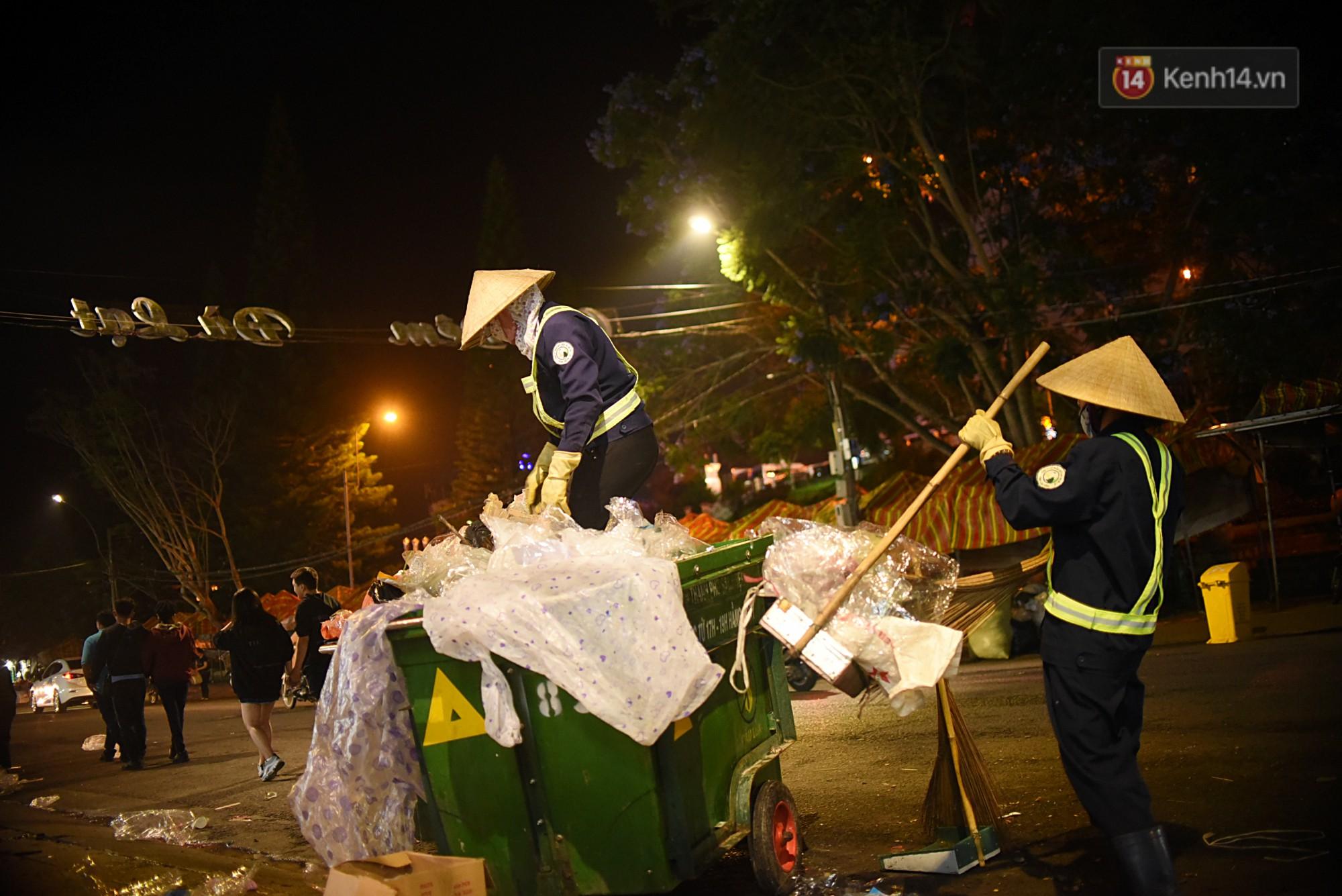 Công nhân vệ sinh ở Đà Lạt làm tăng ca 13 tiếng/ngày trong dịp lễ: Chúng tôi dọn tới đâu là vài phút sau họ lại xả ra tiếp chỗ đó... - Ảnh 9.