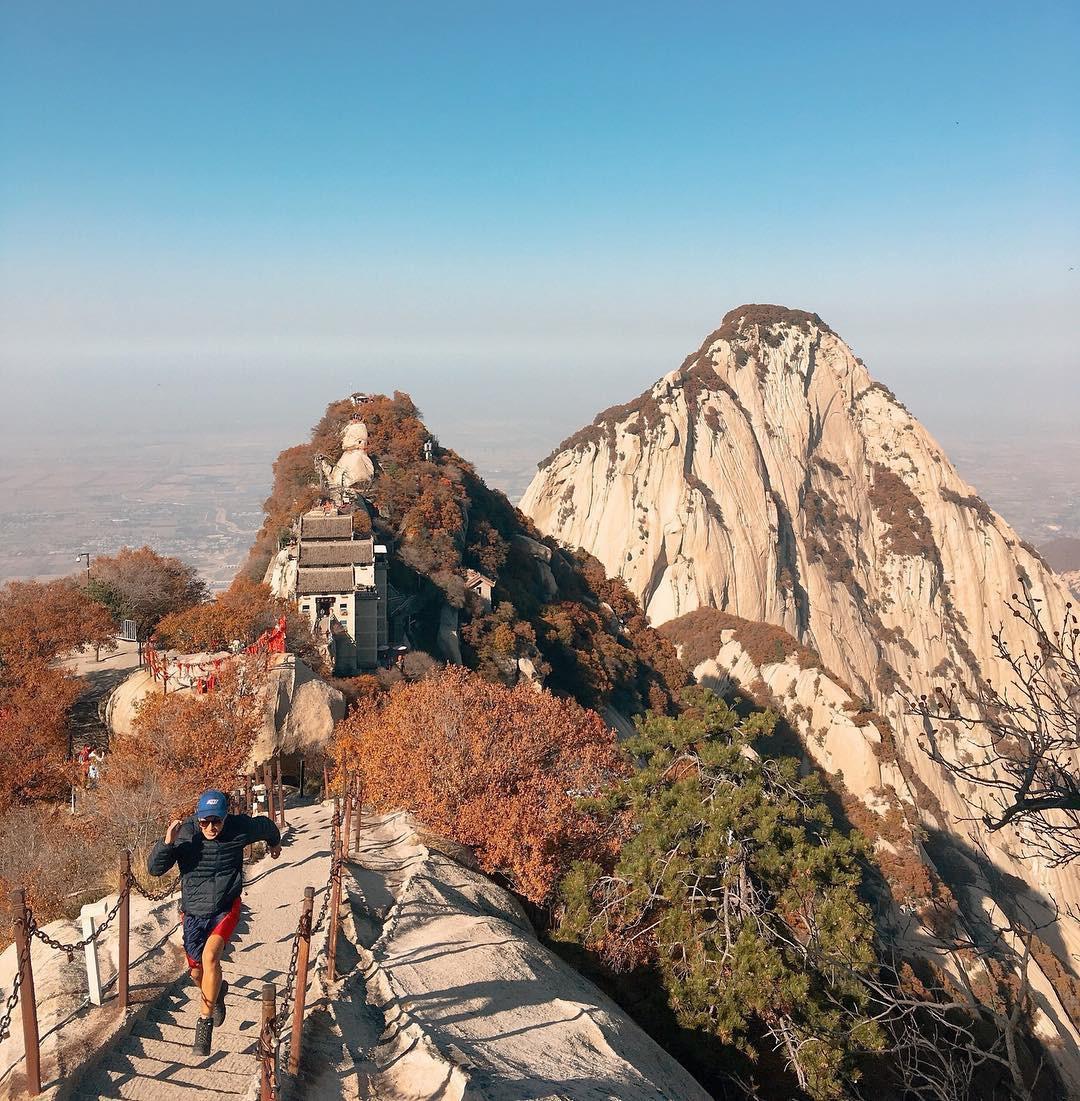 """""""Thót tim"""" với con đường mòn lưng chừng núi Hoa Sơn, nơi thiên đường và địa ngục chỉ cách nhau nửa bước chân! - Ảnh 2."""