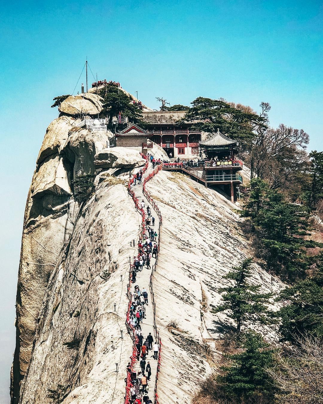 """""""Thót tim"""" với con đường mòn lưng chừng núi Hoa Sơn, nơi thiên đường và địa ngục chỉ cách nhau nửa bước chân! - Ảnh 11."""