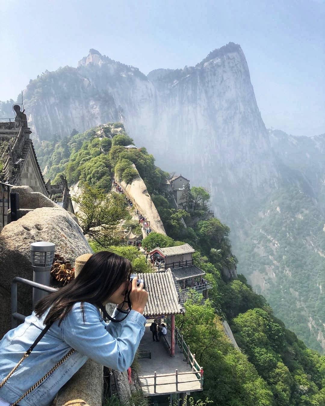 """""""Thót tim"""" với con đường mòn lưng chừng núi Hoa Sơn, nơi thiên đường và địa ngục chỉ cách nhau nửa bước chân! - Ảnh 1."""