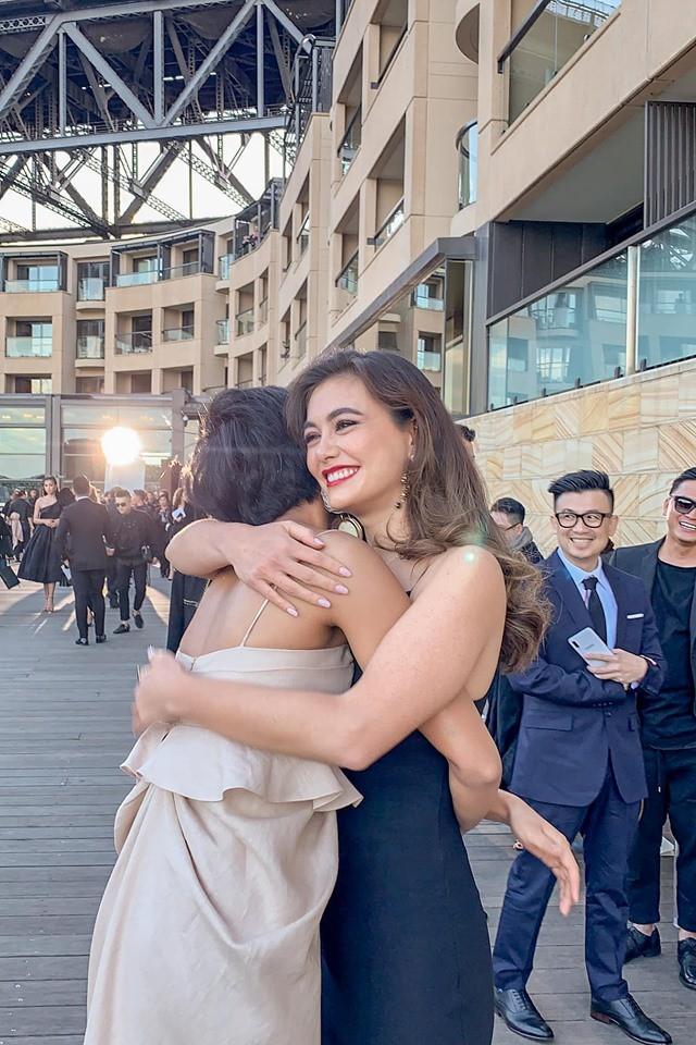 Đối thủ một thời tại Miss Universe 2018 gặp lại HHen Niê trên đất Úc, bất ngờ với câu nói đầu tiên thốt lên? - Ảnh 3.