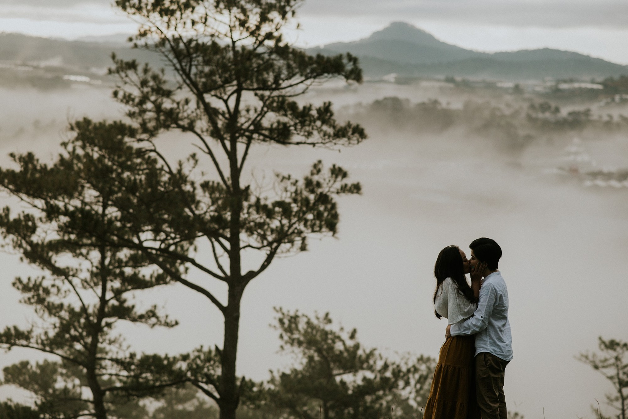 Anh và Hương - Bộ ảnh kỷ niệm một năm ngày cưới của cặp đôi LGBT giữa Đà Lạt mộng mơ khiến nhiều người xuýt xoa - Ảnh 1.