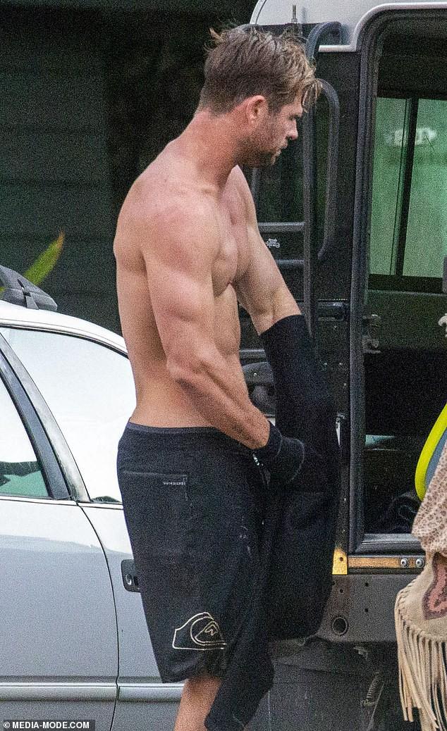Gây sốt vì loạt ảnh ngọt ngào ấm áp bên vợ con, nhưng hàng Úc khủng của Chris Hemsworth lại chiếm hết cả spotlight - Ảnh 1.