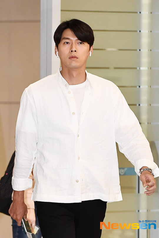 Hyun Bin mặc đồ giản dị ra sân bay mà như tổng tài và chiếc mũi thì sắc như muốn đòi mạng chị em - Ảnh 2.