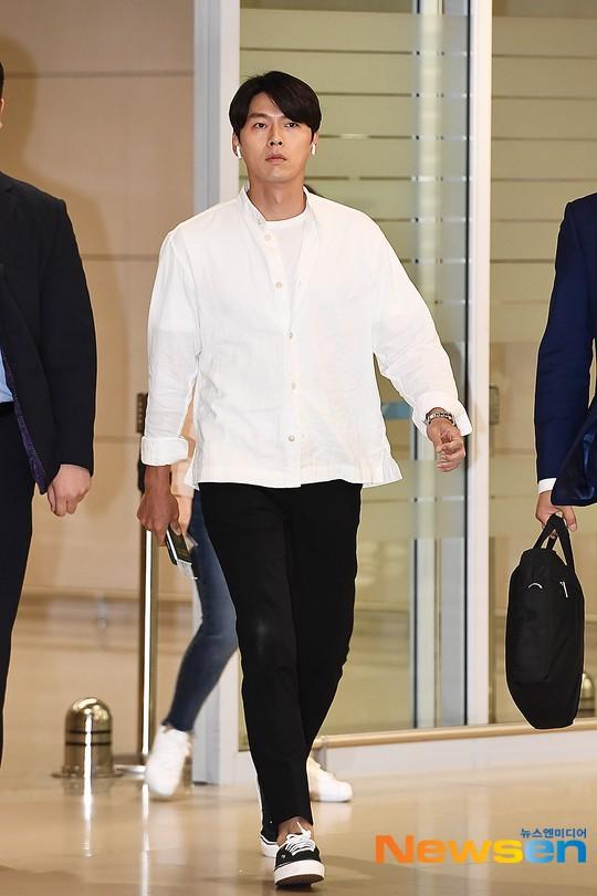Hyun Bin mặc đồ giản dị ra sân bay mà như tổng tài và chiếc mũi thì sắc như muốn đòi mạng chị em - Ảnh 1.