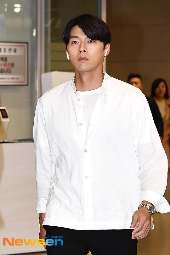 Hyun Bin mặc đồ giản dị ra sân bay mà như tổng tài và chiếc mũi thì sắc như muốn đòi mạng chị em - Ảnh 3.