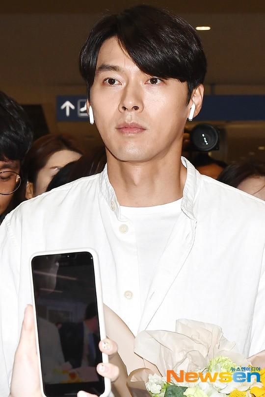 Hyun Bin mặc đồ giản dị ra sân bay mà như tổng tài và chiếc mũi thì sắc như muốn đòi mạng chị em - Ảnh 7.