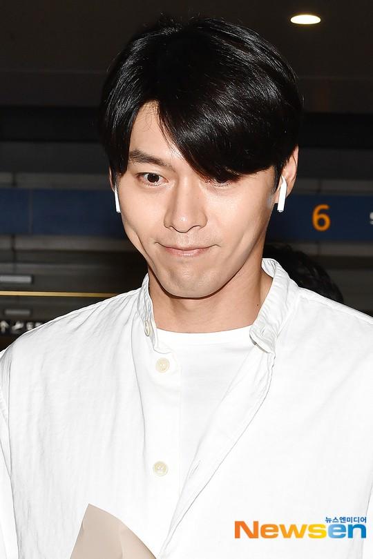 Hyun Bin mặc đồ giản dị ra sân bay mà như tổng tài và chiếc mũi thì sắc như muốn đòi mạng chị em - Ảnh 6.