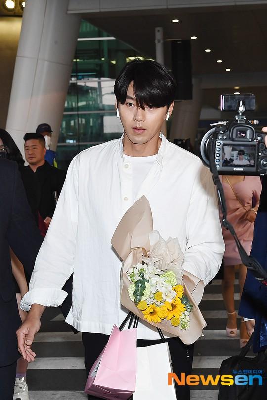 Hyun Bin mặc đồ giản dị ra sân bay mà như tổng tài và chiếc mũi thì sắc như muốn đòi mạng chị em - Ảnh 5.