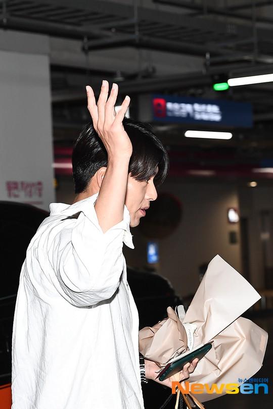 Hyun Bin mặc đồ giản dị ra sân bay mà như tổng tài và chiếc mũi thì sắc như muốn đòi mạng chị em - Ảnh 4.