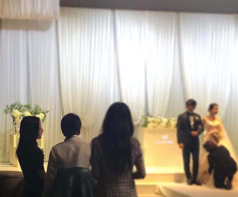 BLACKPINK dự đám cưới anh trai Jisoo: Nữ thần YG gây bão vì xinh bất chấp ảnh chụp vội, Lisa - Jennie bánh bèo hóa - Ảnh 2.