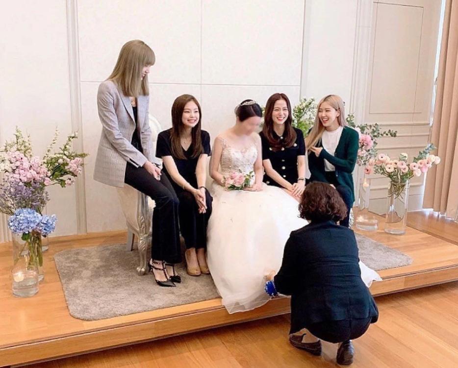 BLACKPINK dự đám cưới anh trai Jisoo: Nữ thần YG gây bão vì xinh bất chấp ảnh chụp vội, Lisa - Jennie bánh bèo hóa - Ảnh 1.