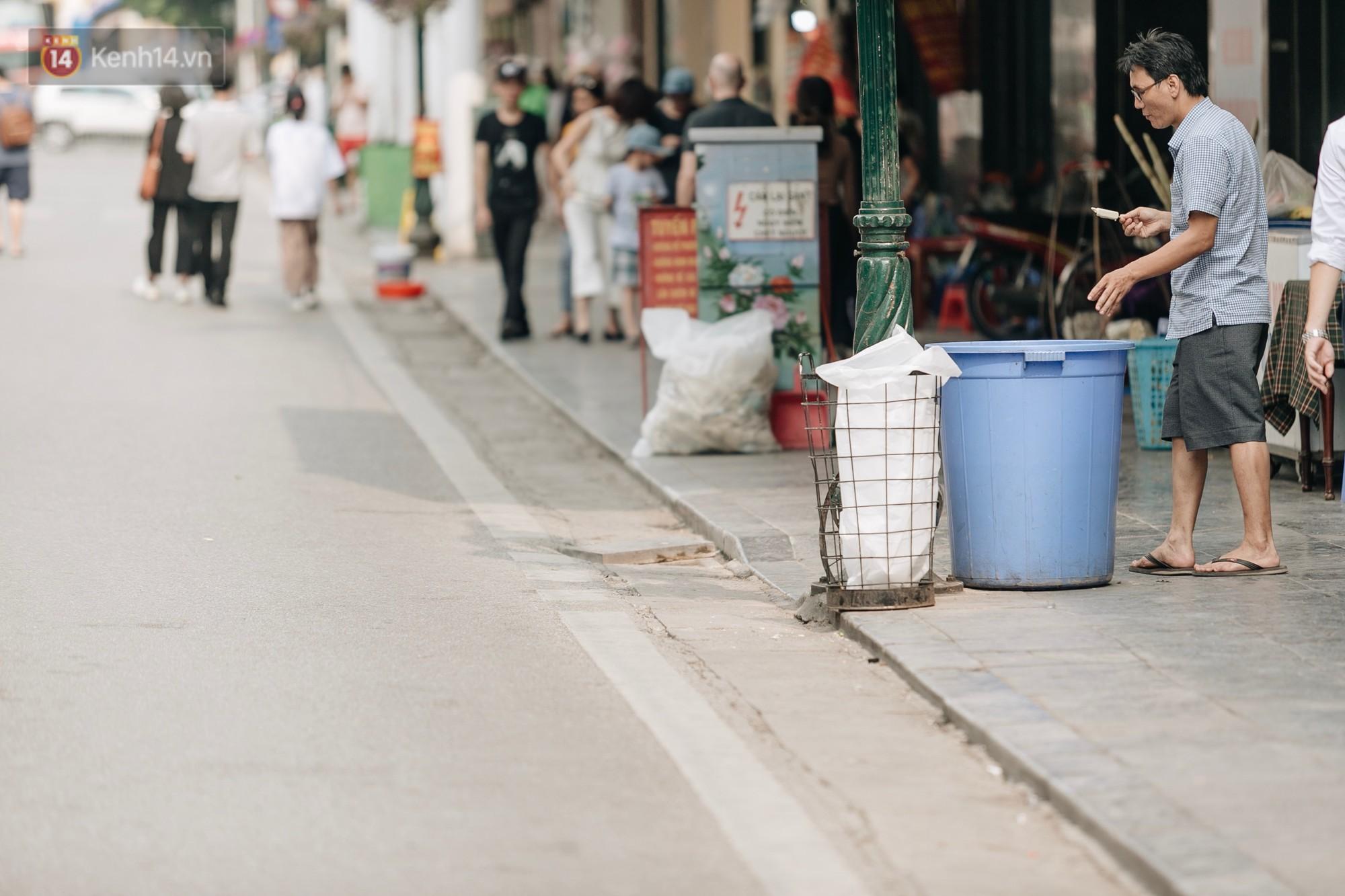 Phố đi bộ Hồ Gươm đẹp đẽ, sạch bong sau khi treo biển sẽ ghi hình, xử phạt 7 triệu đồng nếu vứt rác bừa bãi - Ảnh 6.