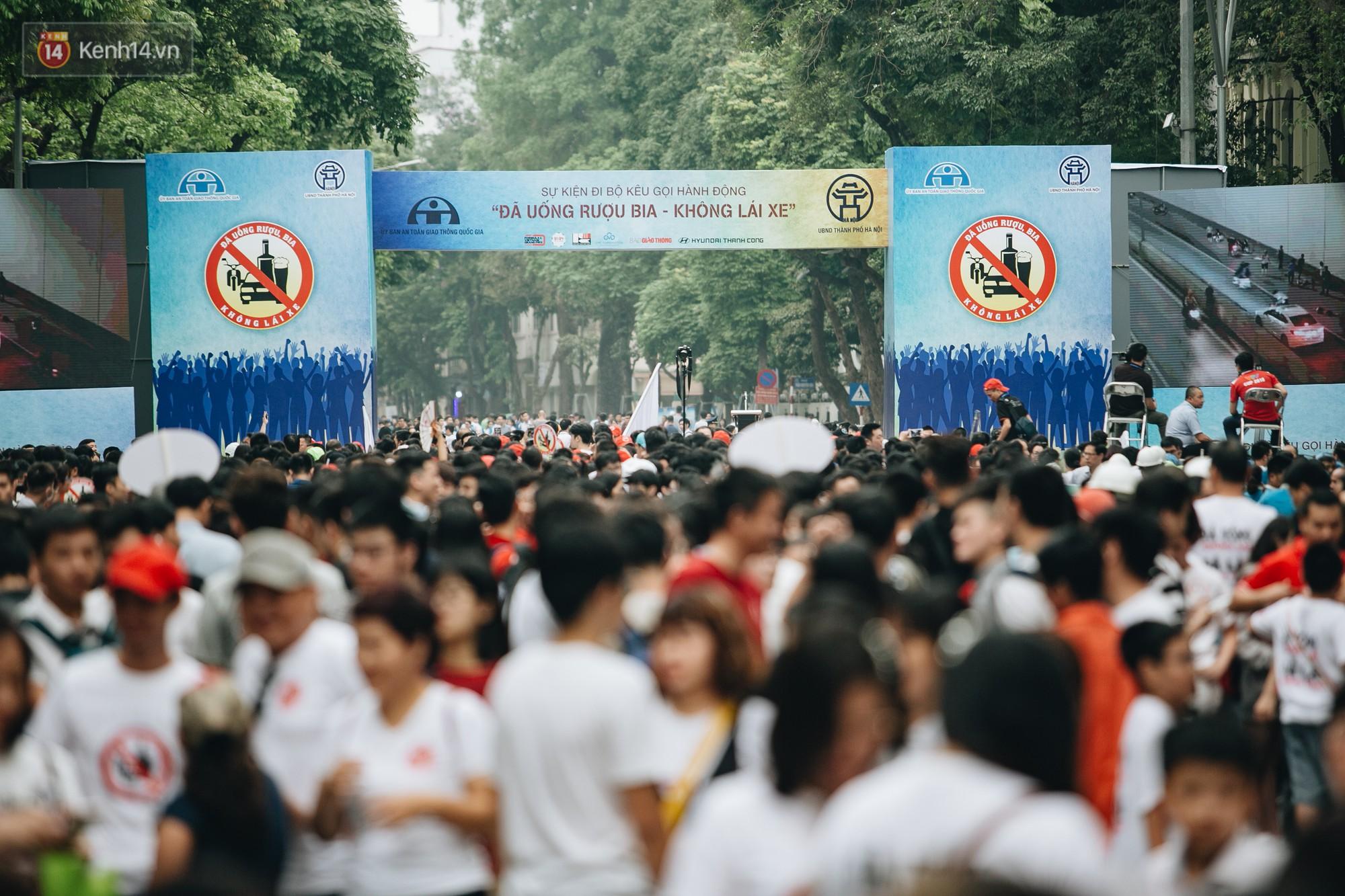 Chùm ảnh: 8.000 người mang logo Đã uống rượu bia - Không lái xe cùng tuần hành trên phố đi bộ Hồ Gươm - Ảnh 1.
