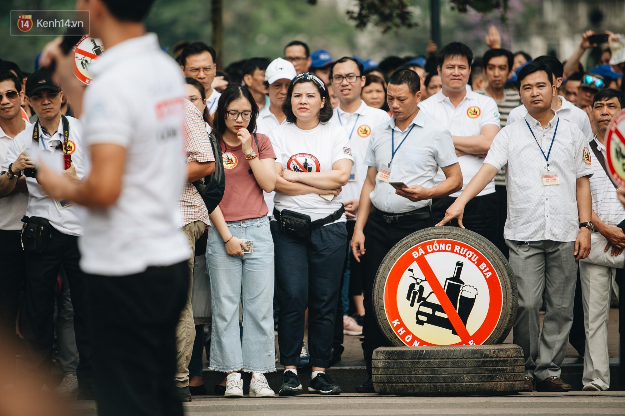 Chùm ảnh: 8.000 người mang logo Đã uống rượu bia - Không lái xe cùng tuần hành trên phố đi bộ Hồ Gươm - Ảnh 7.