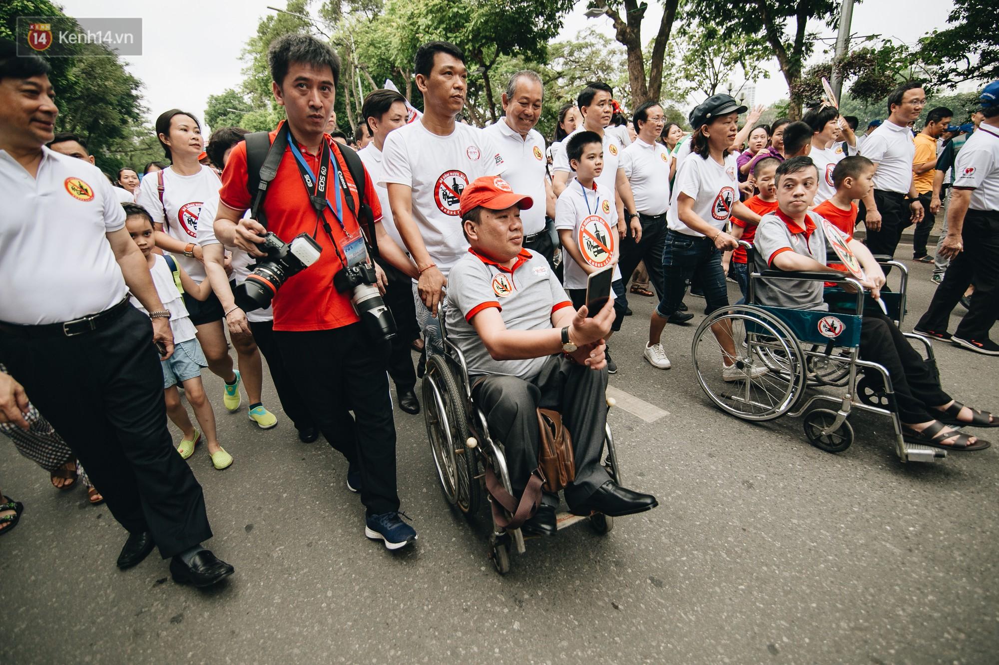 Chùm ảnh: 8.000 người mang logo Đã uống rượu bia - Không lái xe cùng tuần hành trên phố đi bộ Hồ Gươm - Ảnh 9.