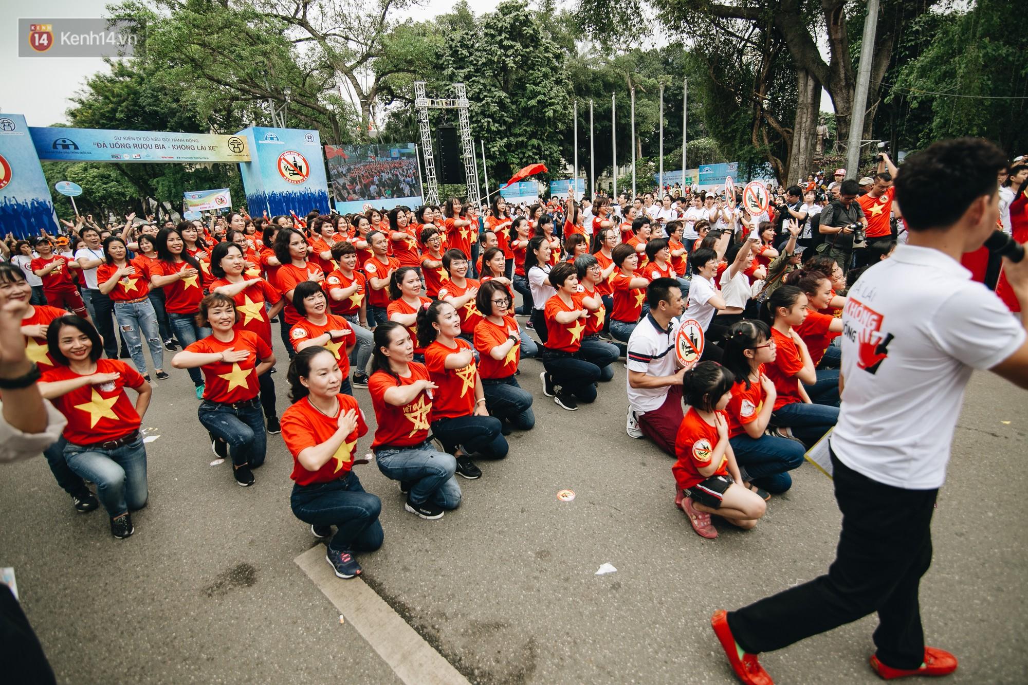 Chùm ảnh: 8.000 người mang logo Đã uống rượu bia - Không lái xe cùng tuần hành trên phố đi bộ Hồ Gươm - Ảnh 13.