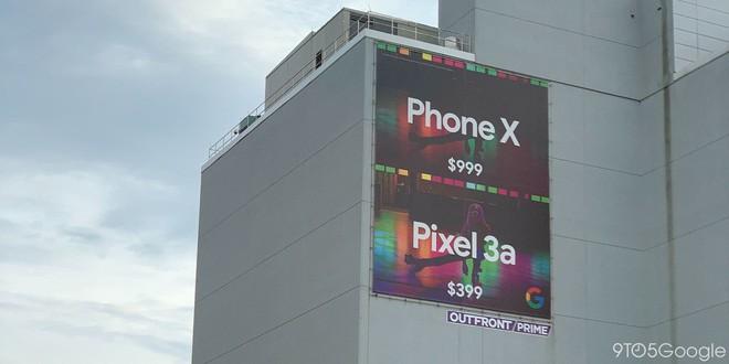Dìm hàng Apple, Google treo biển quảng cáo so sánh iPhone X và Pixel 3a ngay cạnh Apple Store - Ảnh 1.