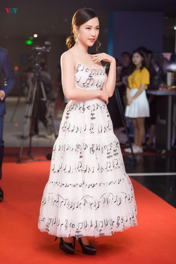 Diện chung váy với Phạm Quỳnh Anh, Hoàng Oanh rất xinh nhưng vẫn mất điểm vì một chi tiết - Ảnh 2.