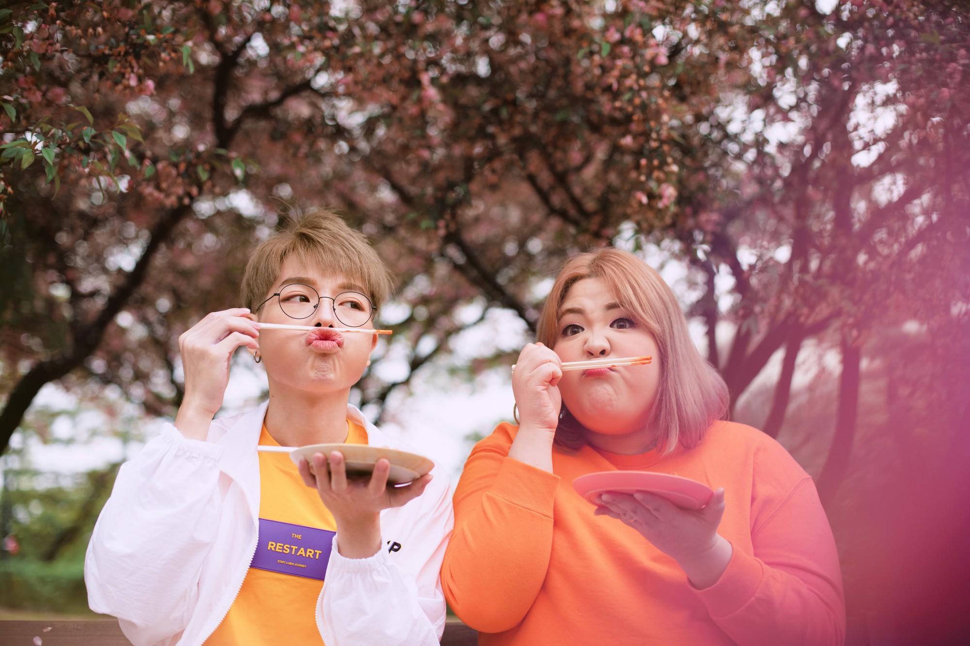 Chuyện tình của Đức Phúc và cô nàng thánh ăn Yang Soobin trong MV được dân mạng đẩy thuyền như Nobita và Chaiko - Ảnh 8.