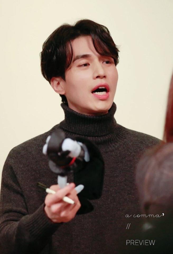Tội cho chú già đẹp trai Lee Dong Wook, U40 rồi mà fan vẫn bắt đội mũ tai thỏ, hoa bèo nhìn khổ tâm hết sức - Ảnh 2.