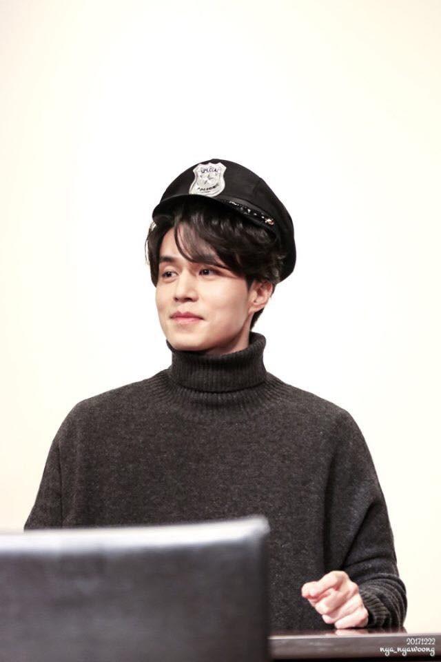 Tội cho chú già đẹp trai Lee Dong Wook, U40 rồi mà fan vẫn bắt đội mũ tai thỏ, hoa bèo nhìn khổ tâm hết sức - Ảnh 10.
