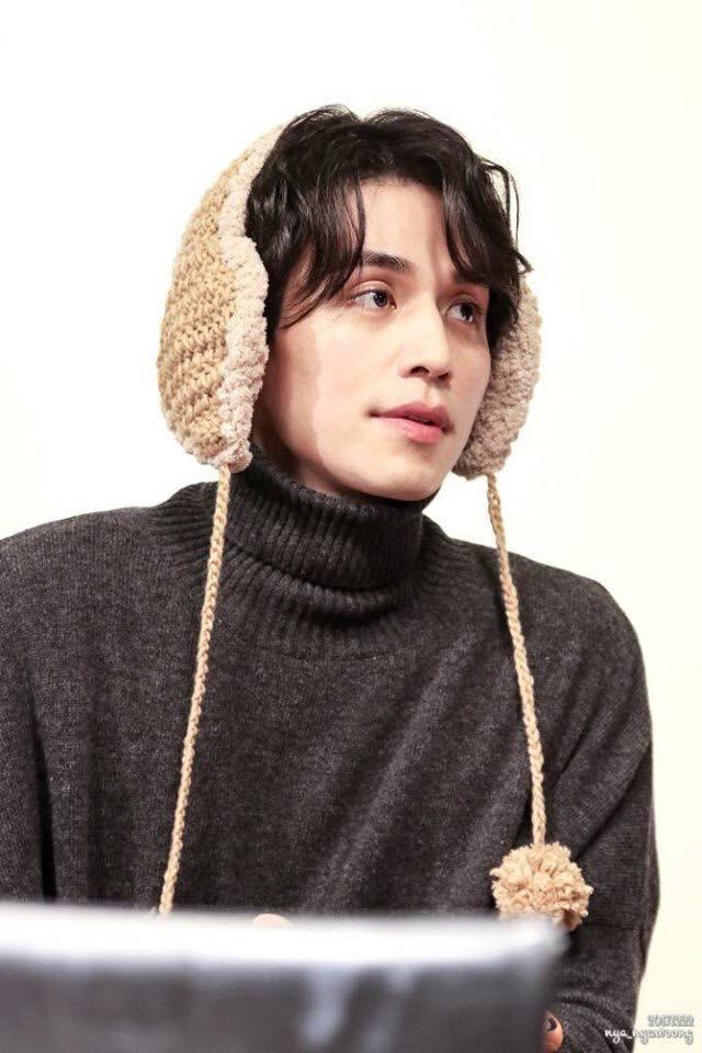 Tội cho chú già đẹp trai Lee Dong Wook, U40 rồi mà fan vẫn bắt đội mũ tai thỏ, hoa bèo nhìn khổ tâm hết sức - Ảnh 9.