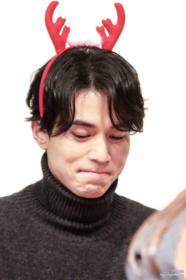 Tội cho chú già đẹp trai Lee Dong Wook, U40 rồi mà fan vẫn bắt đội mũ tai thỏ, hoa bèo nhìn khổ tâm hết sức - Ảnh 7.