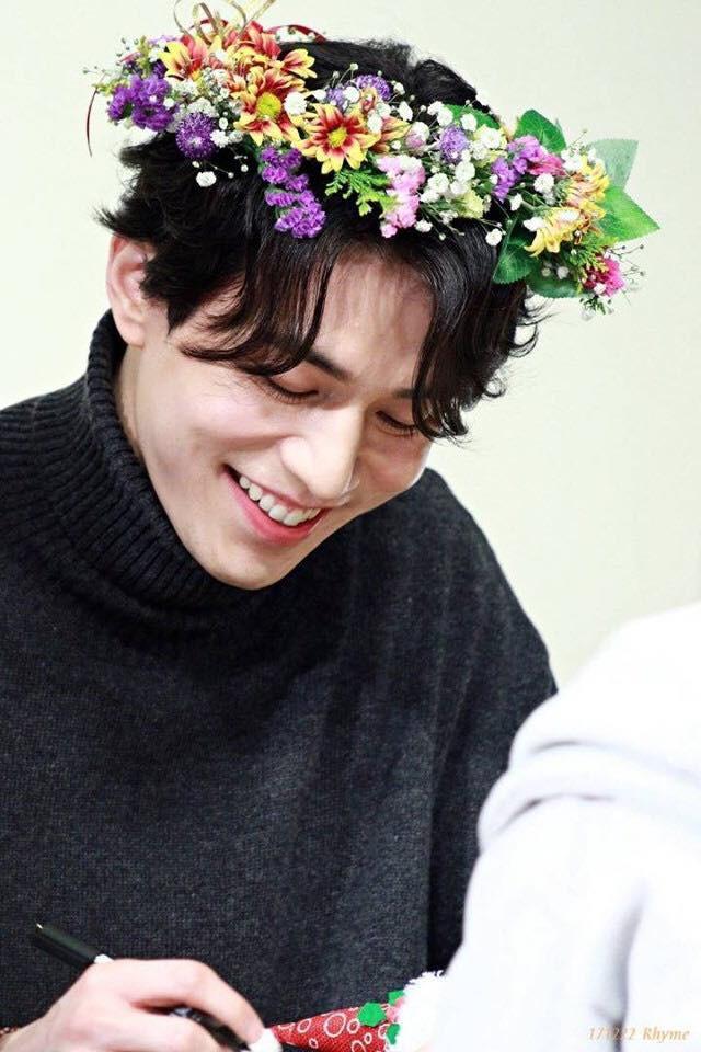 Tội cho chú già đẹp trai Lee Dong Wook, U40 rồi mà fan vẫn bắt đội mũ tai thỏ, hoa bèo nhìn khổ tâm hết sức - Ảnh 6.