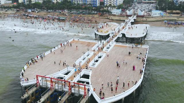 Không thể ngờ ở ngay gần Hà Nội cũng có khu cầu cảng trắng muốt mang hơi thở châu Âu thế này - Ảnh 3.