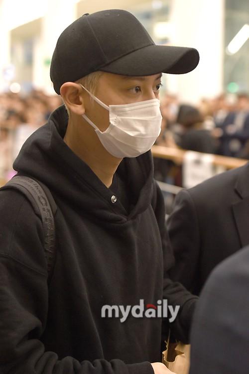 Dàn trai xinh gái đẹp nhà SM đổ bộ sân bay: Yoona lộ chân cong như sắp gãy, Sehun như rich kid bên Chanyeol - Ảnh 7.