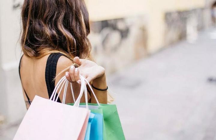 Đừng dùng điện thoại khi đang shopping: Đồ cần không mua, đồ linh tinh lại lấy cả rổ - Ảnh 3.