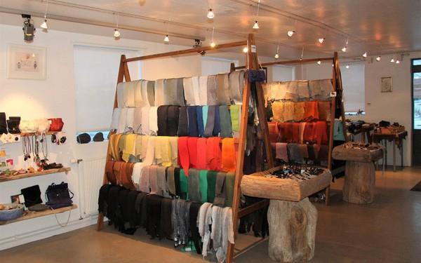 Những tấm da cá có mùi tanh vạn người chê được nâng tầm thành các món thời trang cao cấp mang thương hiệu Dior, Salvatore Ferragamo như thế nào? - Ảnh 1.