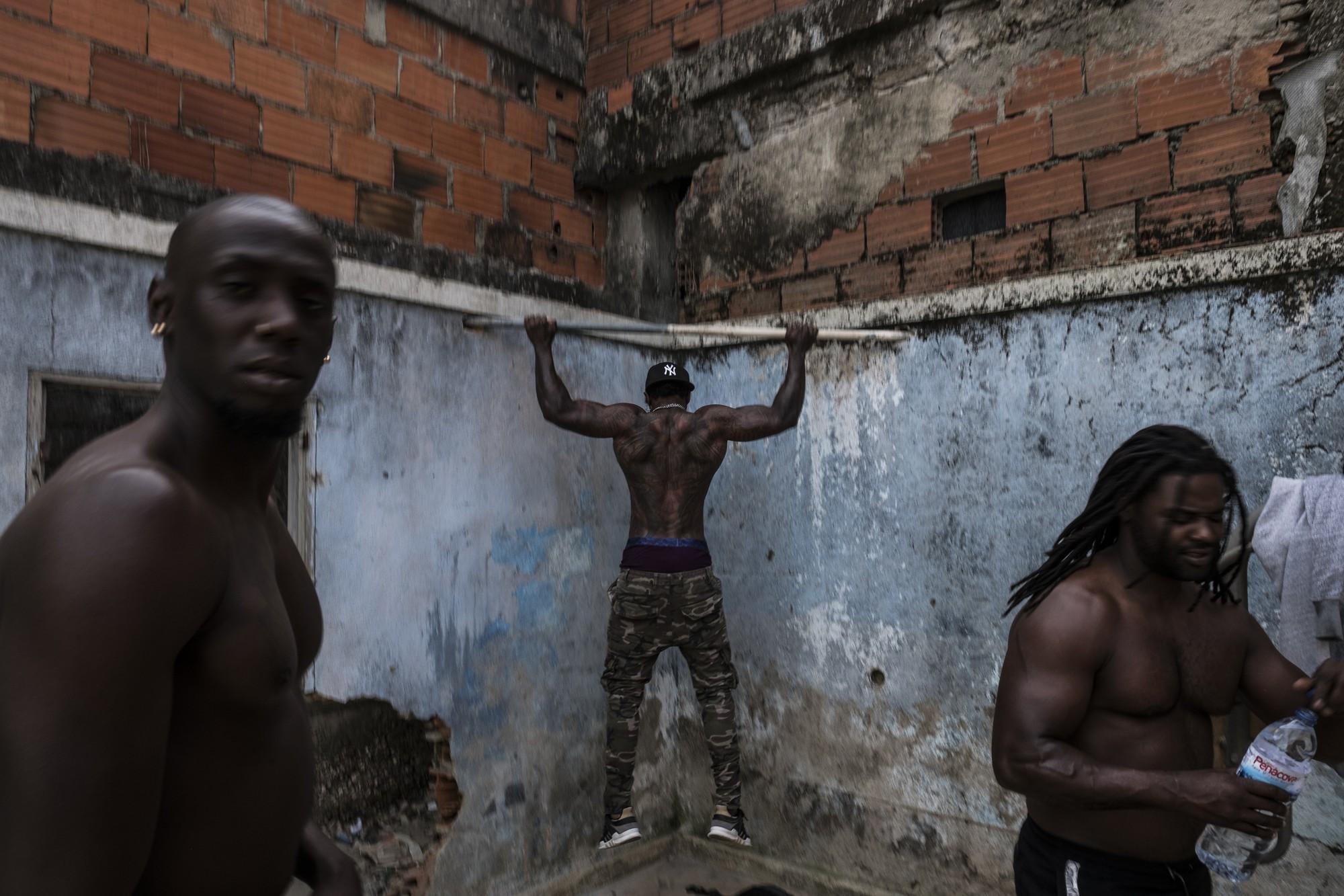 Mặt tối cuộc sống mang tên 6 de Maio: Những gì diễn ra bên trong khu phố nguy hiểm bậc nhất Bồ Đào Nha - Ảnh 8.