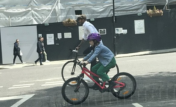 """David Beckham đạp xe cùng """"công chúa"""" Harper sau lệnh cấm lái xe vì vi phạm luật giao thông - Ảnh 1."""