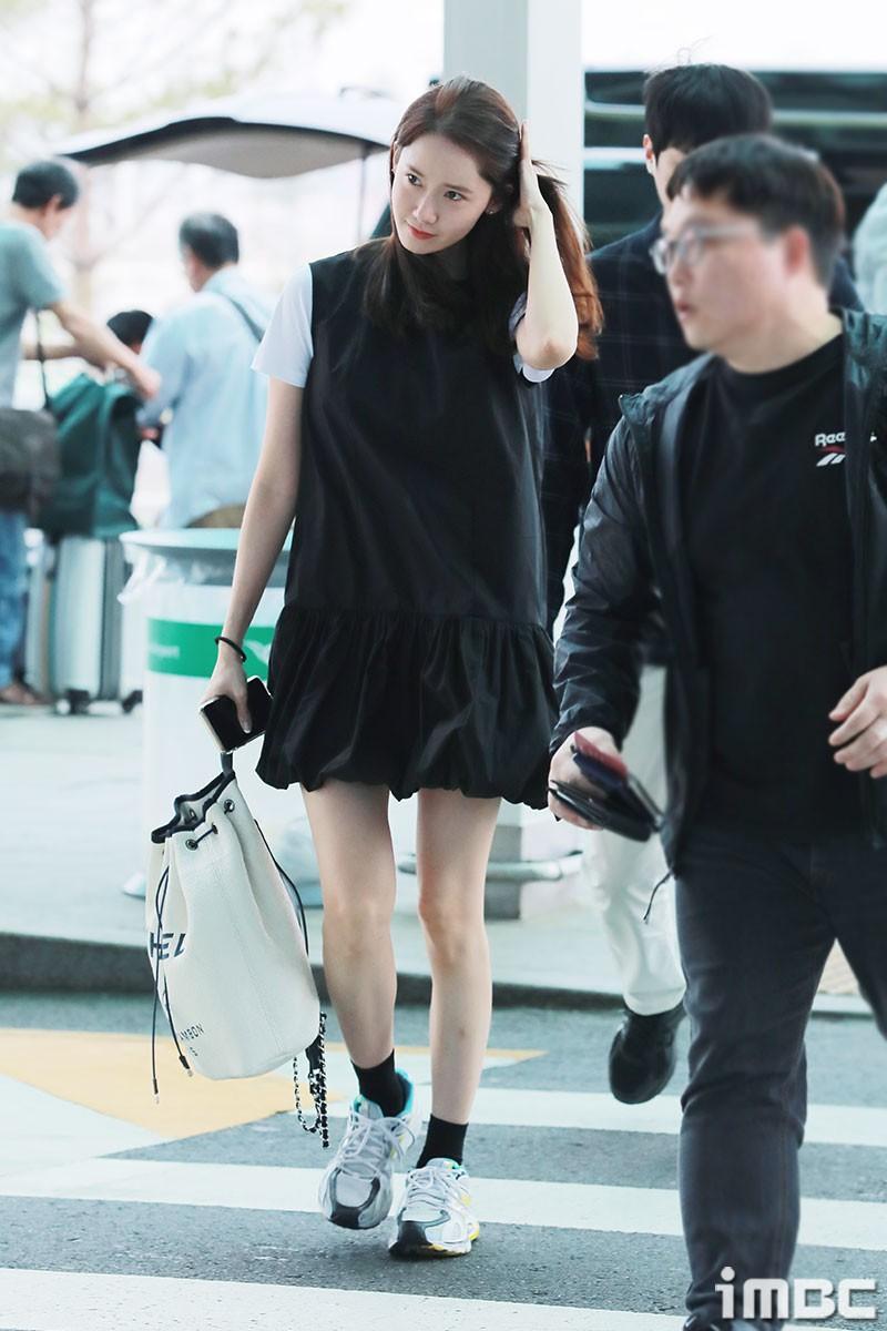Dàn trai xinh gái đẹp nhà SM đổ bộ sân bay: Yoona lộ chân cong như sắp gãy, Sehun như rich kid bên Chanyeol - Ảnh 1.