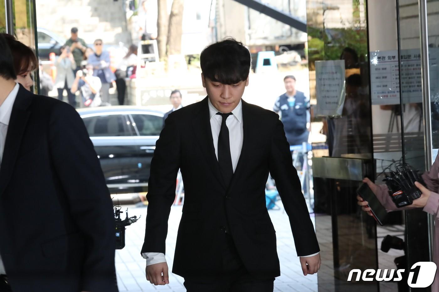 Seungri đã có mặt tại tòa để chờ lệnh bắt: Vẫn bình tĩnh dù cảnh sát xác nhận giữ bằng chứng mua dâm - Ảnh 2.