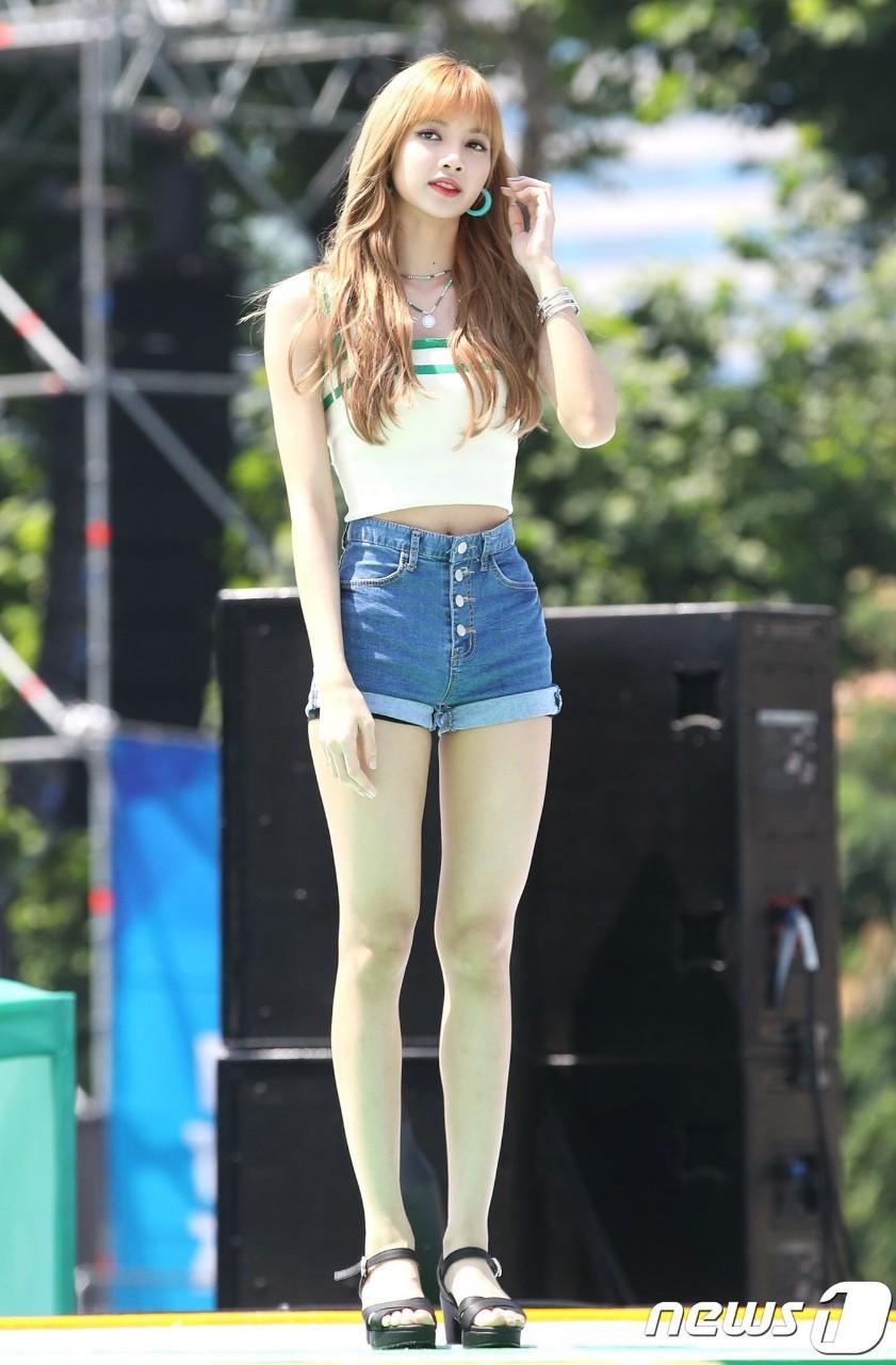 Đẳng cấp búp bê sống Thái Lan Lisa (BLACKPINK): Chân dài trời ban thách thức mọi khung hình, kể cả chụp vội - Ảnh 4.