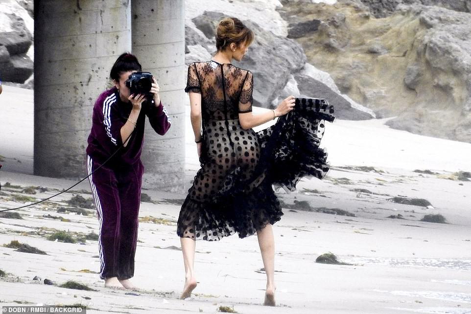 Bella Hadid tự tin diện áo xuyên thấu mỏng tang, lộ hoàn toàn vòng 1 thả rông giữa thanh thiên bạch nhật - Ảnh 6.