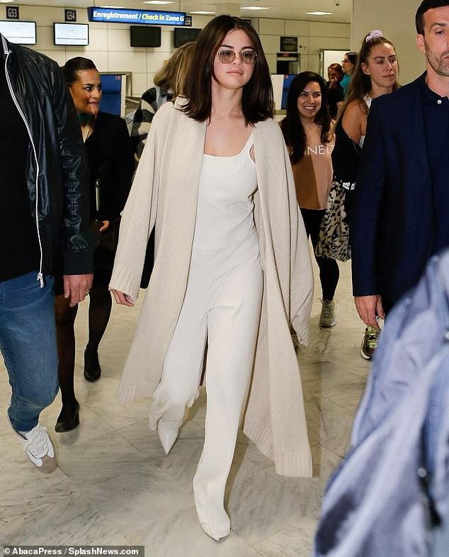 Selena Gomez khoe mặt mộc bóng dầu và sưng phù nhưng thần sắc của cô mới là điều khiến fan chú ý hơn cả - Ảnh 1.