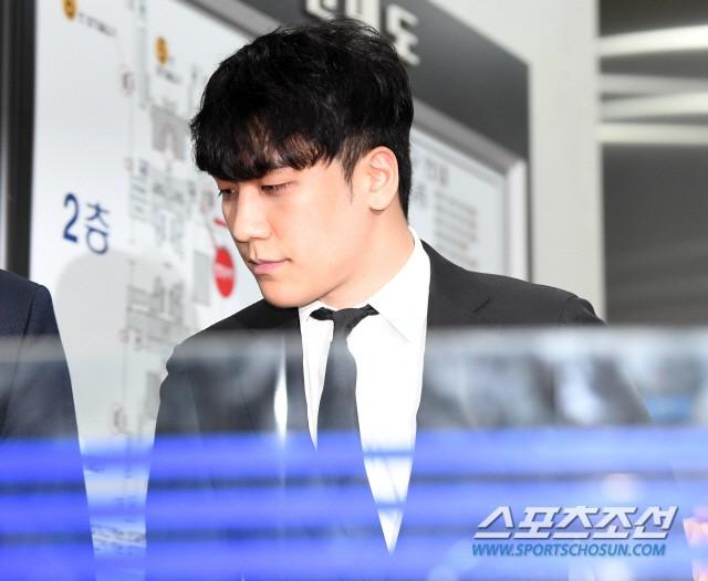 Seungri đã có mặt tại tòa để chờ lệnh bắt: Vẫn bình tĩnh dù cảnh sát xác nhận giữ bằng chứng mua dâm - Ảnh 9.