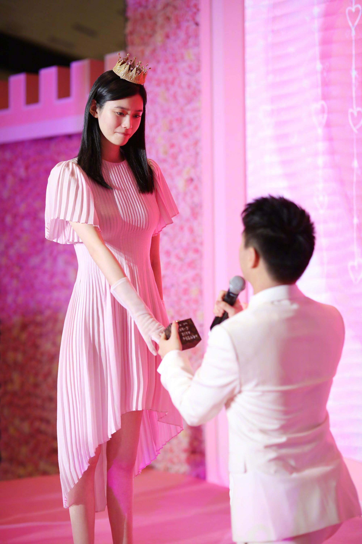 Ming Xi thực sự là công chúa trong màn cầu hôn khi khéo sửa váy hiệu 60 triệu, đội vương miện sang chảnh - Ảnh 3.