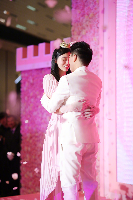 Ming Xi thực sự là công chúa trong màn cầu hôn khi khéo sửa váy hiệu 60 triệu, đội vương miện sang chảnh - Ảnh 4.