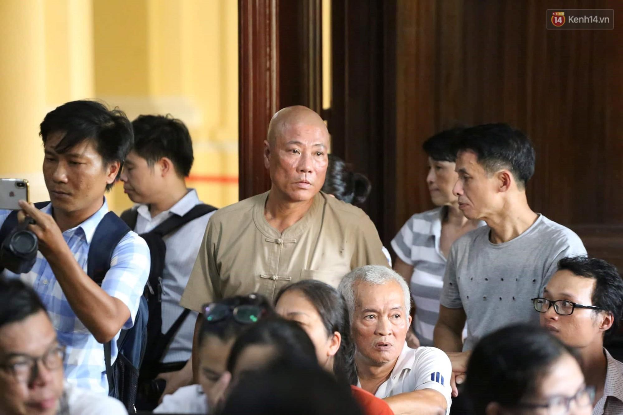 Tòa trả hồ sơ điều tra bổ sung, ông trùm ma túy Văn Kính Dương tươi cười khi bị áp giải ra xe - Ảnh 10.