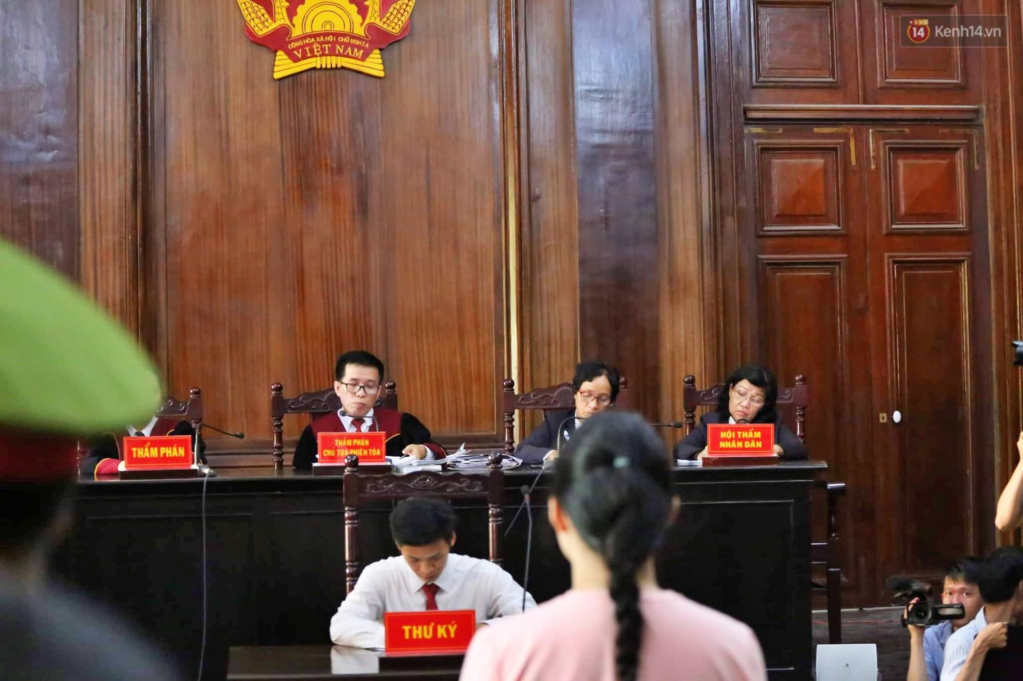 Tòa trả hồ sơ điều tra bổ sung, ông trùm ma túy Văn Kính Dương tươi cười khi bị áp giải ra xe - Ảnh 9.