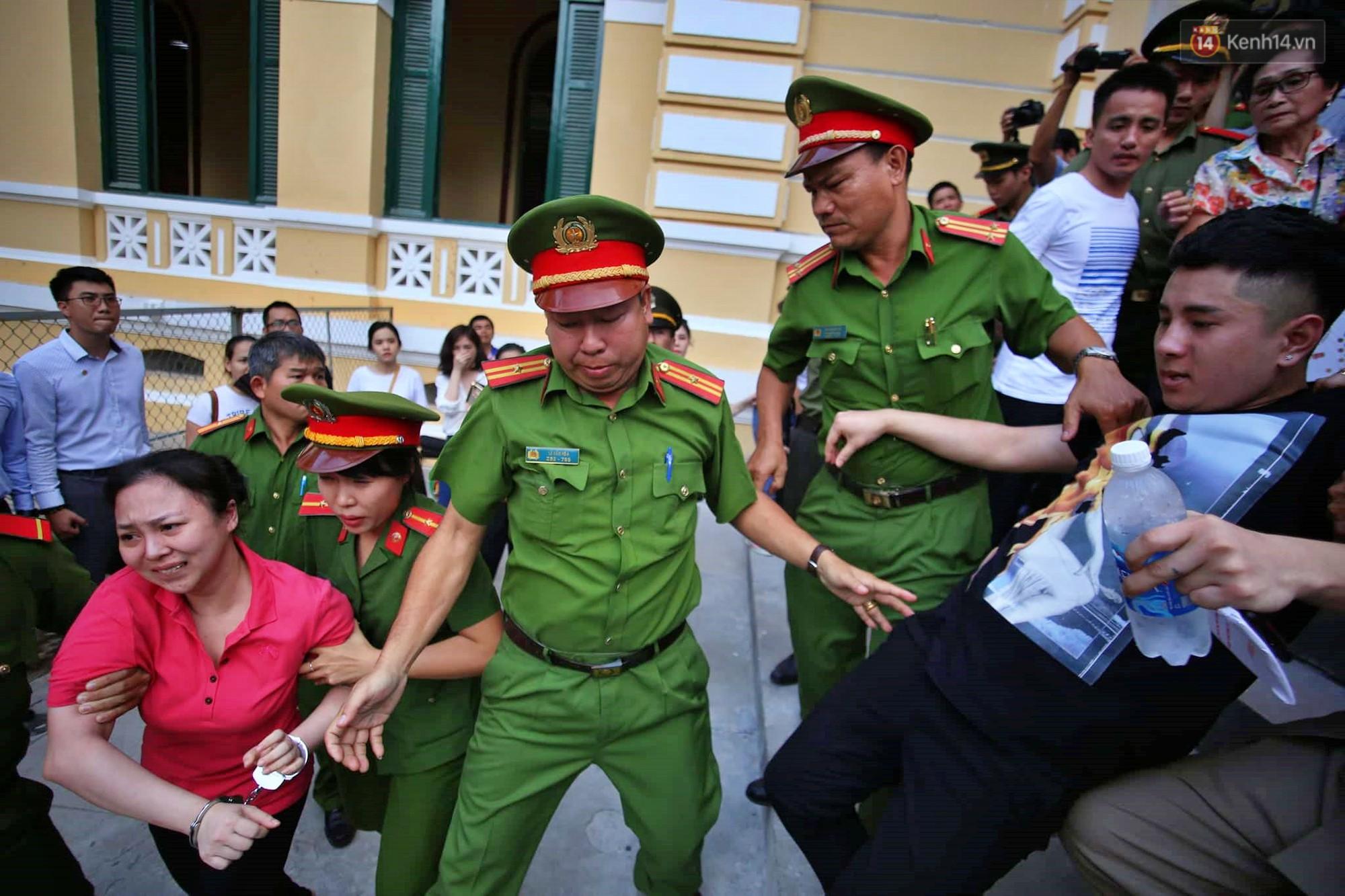 Ảnh, clip: Người thân nước mắt ngắn dài chạy theo dặn dò, níu kéo khi Văn Kính Dương, Ngọc Miu và đồng bọn rời tòa - Ảnh 7.