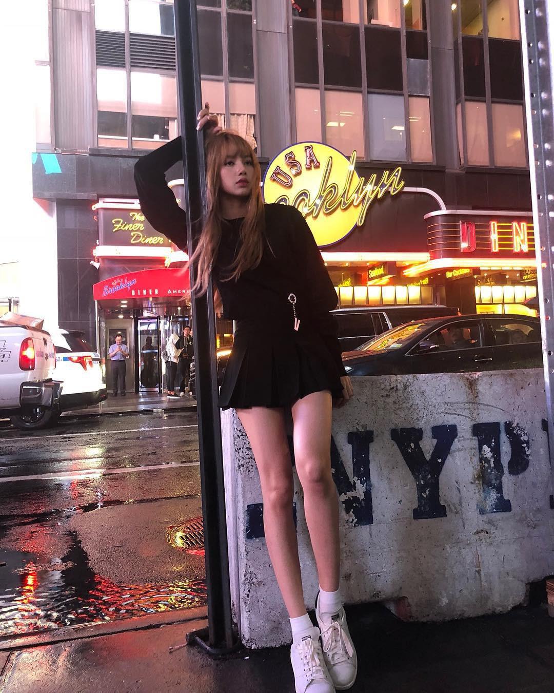 Đẳng cấp búp bê sống Thái Lan Lisa (BLACKPINK): Chân dài trời ban thách thức mọi khung hình, kể cả chụp vội - Ảnh 11.